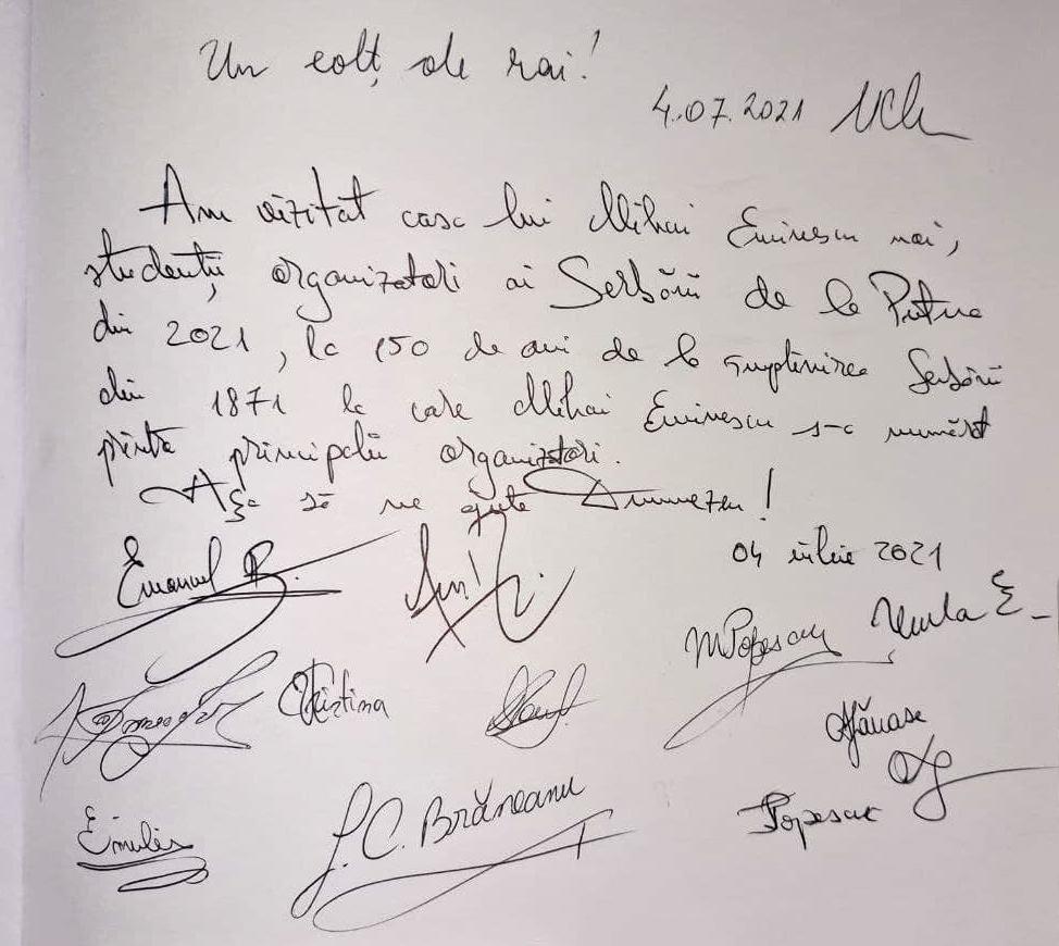 Semnăturile studenților lăsate în Cartea de impresii de la casa memorială a lui Mihai Eminescu