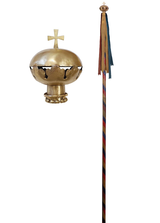 Hampa cu panglici tricolore și glob crucifer a flamurei Urbei Vaslui
